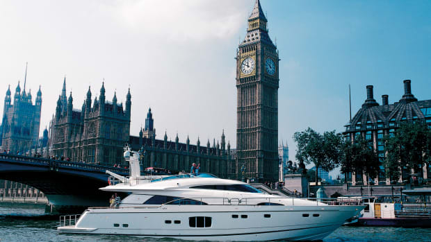 Fairline's Squadron 78 passing through London.