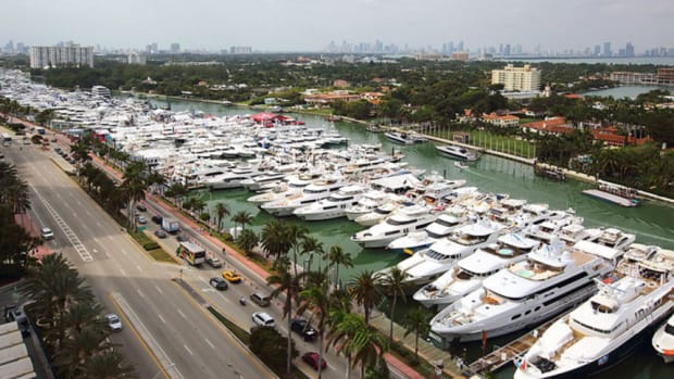 miami-yacht-show-collins-st