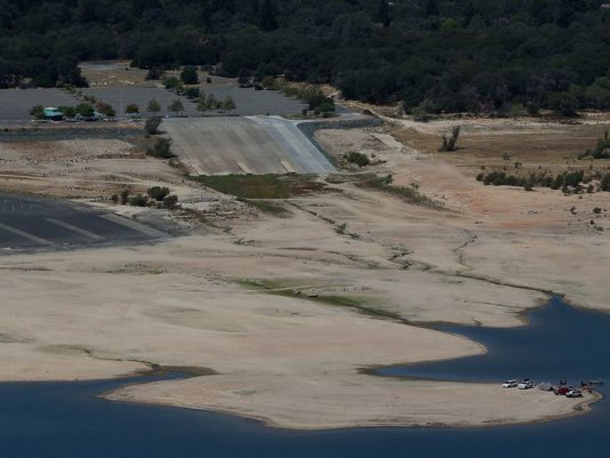Boaters launch their boats hundreds of yards away from designated boat ramps at Folsom Lake in Folsom, Calif.