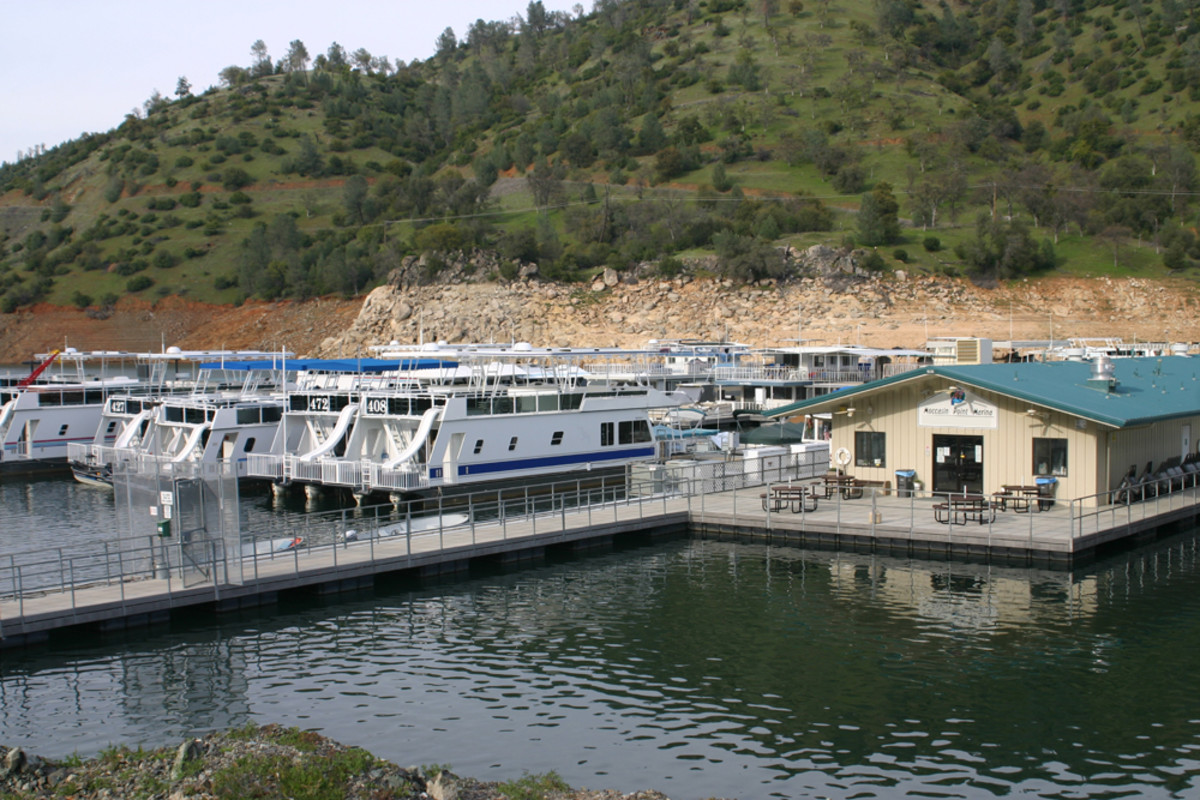 Moccasin Point Marina offers watercraft rentals that include kayaks and paddleboards, as well as slips.