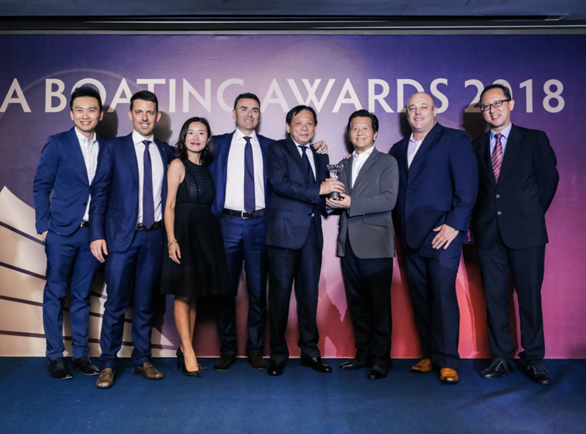 Azimut Yachts accepts the Best Brand Presence In Asia award for 2018.