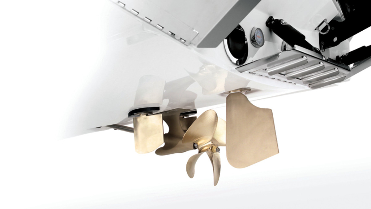 MasterCraft's Dock Star  system has two smallrudders forward of the prop that improvemaneuverabilitywhen backing.