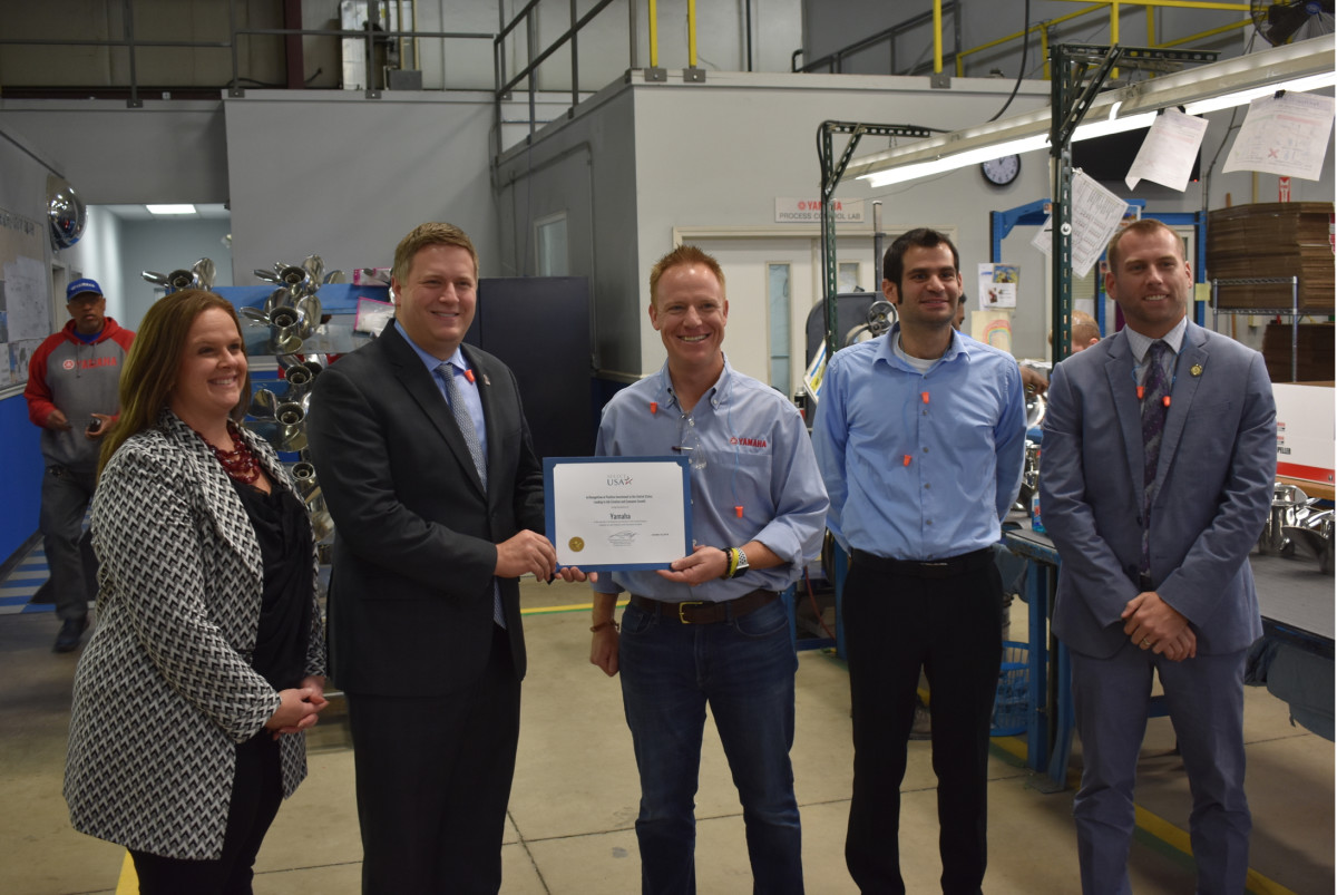 Jonathon Burns, general manager of Yamaha Precision Propellers, accepts a certificate of appreciation from the International Trade Administration. Photo: Business Wire