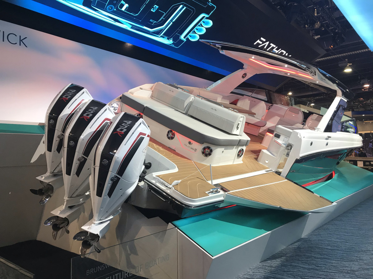 The world premiere of the Sea Ray SLX-R 400-e, with its advanced lithium-ion battery pack, is taking place at CES, rather than a traditional boat show.