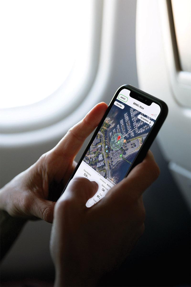 2_iphone_x_on_airplane