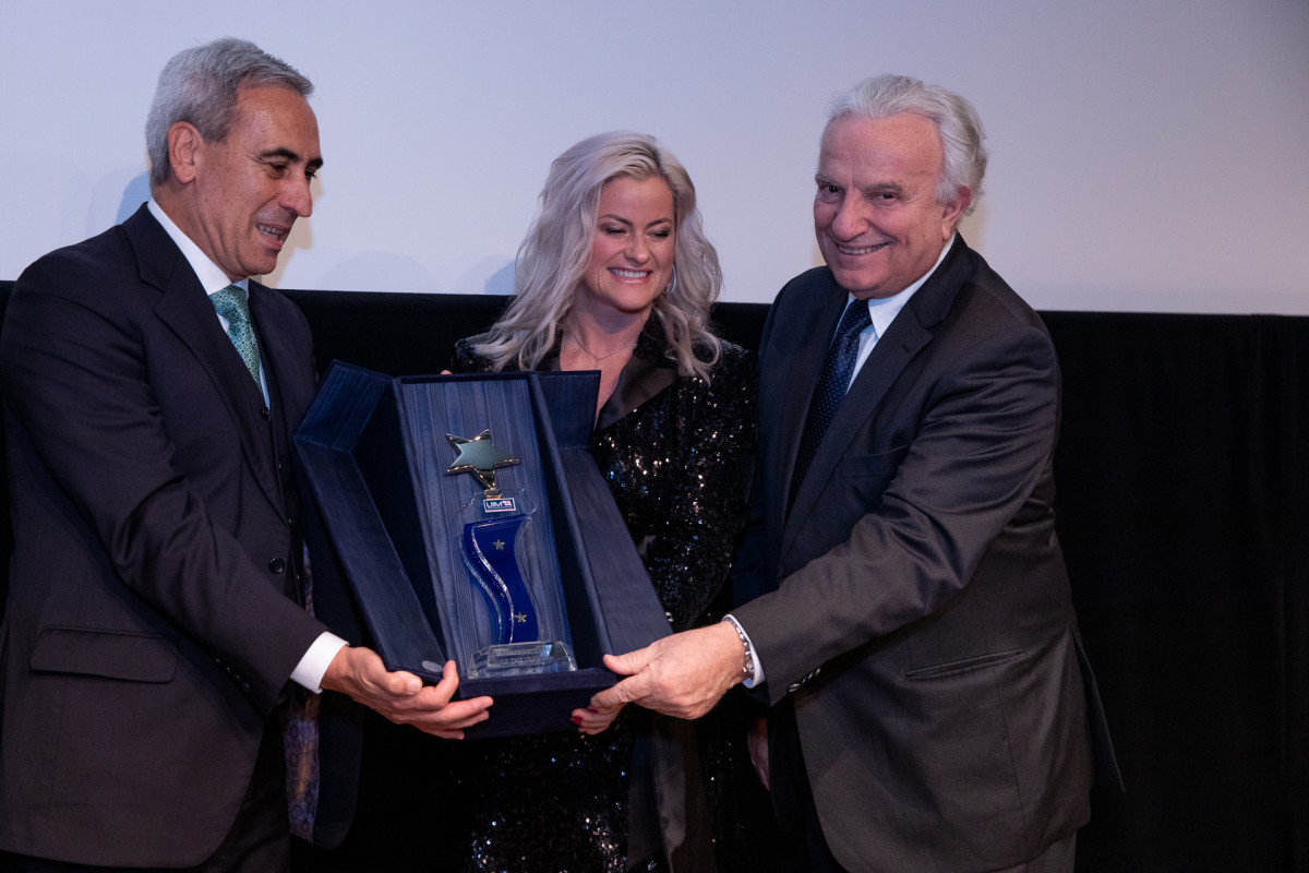 Marit Stromoy of Norway receives the UIM Driver of the Year award from UIM President Dr. Raffaele Chiulli (left) and Francescoi Bitti Ricci, President of ASOIF